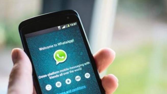 Pantalla de un móvil con la aplicación de WhatsApp.