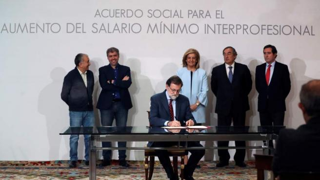 Rajoy, durante la firma del acuerdo para la subida del salario mínimo interprofesional.