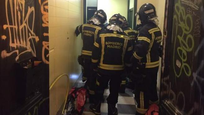Bomberos del Ayuntamiento de Madrid rescatan a cuatro miembros de una familia heridos al descolgarse un ascensor desde un cuarto piso.