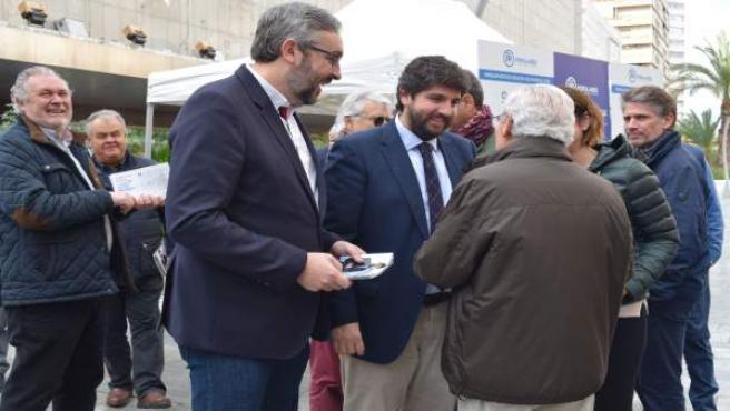 López Miras y Víctor Martínez en la entrega de folletos informativos