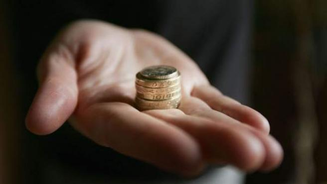 Una persona con dinero en la mano.