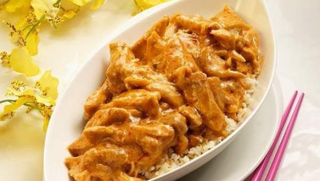 Un plato de pollo al curry.