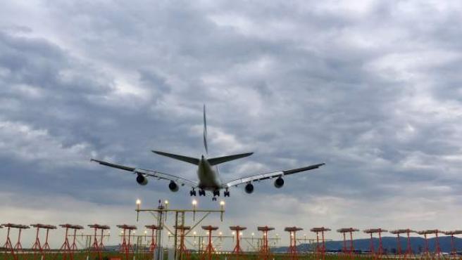 Un avión aterrizando en el Aeropuerto del Prat (Barcelona) en una imagen de archivo.