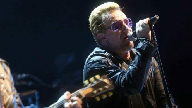 El cantante Bono, líder de la banda irlandesa U2, durante el concierte que ofreció en el Palau Sant Jordi de Barcelona, dentro de la gira Innocence + Experience.