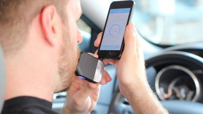 Alcohoot es un dispositivo que se conecta al teléfono convirtiéndolo en un alcoholímetro.