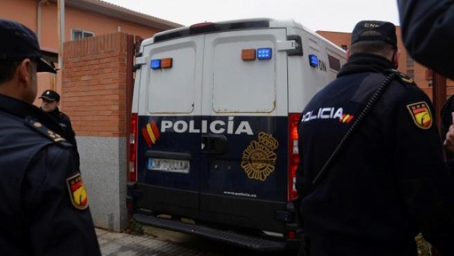 El furgón policial que ha trasladado a los tres jugadore acusados de un delito de agresión sexual contra una menor de 15 años, a su llegada a los juzgados de Aranda de Duero (Burgos).