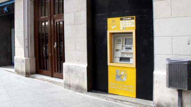 Un cajero automático en una fachada.