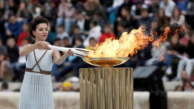La actriz griega Katerina Lechou, en el papel de suma sacerdotisa, enciende la antorcha durante la ceremonia de entrega de la llama olímpica en el estadio Panatinaico de Atenas (Grecia). Los Juegos Olímpicos de Invierno PyeongChang 2018 se celebrarán del 9 al 25 de febrero de 2018.