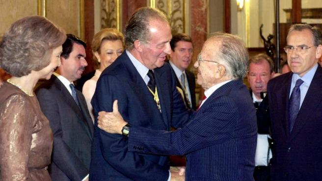 El rey Juan Carlos saluda a Santiago Carrillo, en presencia de Alfonso Guerra (d), tras la sesión solemne del XXV Aniversario de su Proclamación como Rey de España, que se celebró en el Congreso de los Diputados el 22 de diciembre de 2000.