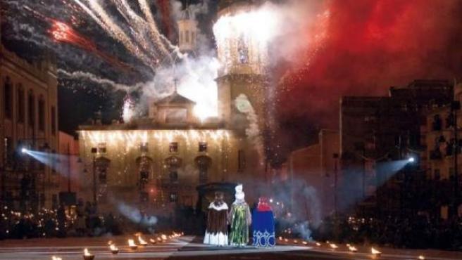 En la Plaza de España de Alcoy, los Reyes Magos descienden de sus cabalgaduras.