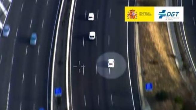 Un coche circula a gran velocidad por una carretera española.