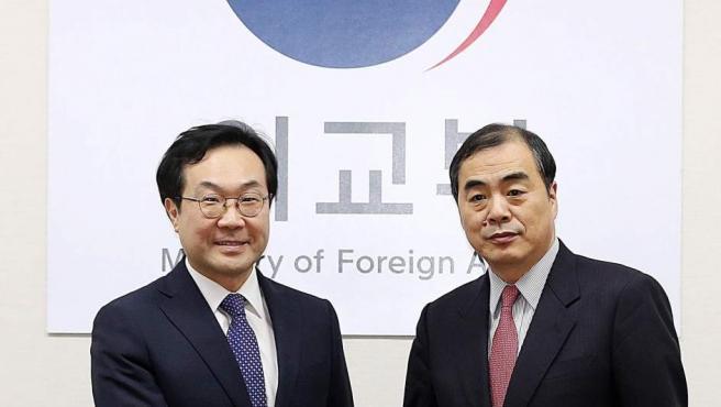 El representante surcoreano en las negociaciones para la desnuclearización de Corea del Norte, Lee Do-hoon (i), estrecha la mano del jefe negociador chino,Kong Xuanyou, durante su reunión en el Ministerio de Exteriores de Seúl, Corea del Sur.