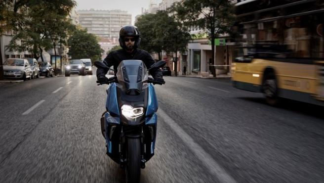 Este scooter se vende con dos tonalidades diferentes: Azul Cenit metalizado y Blanco Alpino.