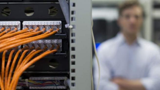 Un informático en su puesto de trabajo.