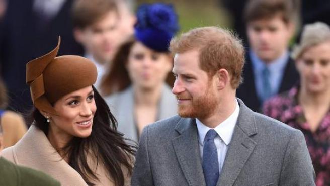 Meghan Markle y el príncipe Enrique durante los festejos navideños de la familia real británica.