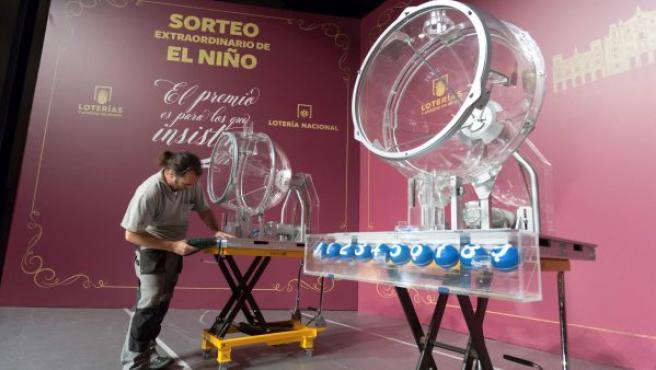 Instalación de los bombos que se utilizarán el próximo 6 de enero en el Sorteo Extraordinario del Niño, que se celebrará por segunda vez en su historia fuera de Madrid, teniendo como escenario el Centro de Congresos y Exposiciones Lienzo Norte de Ávila.