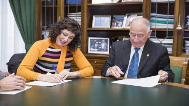 Firma del convenio entre Sonia Guil y Gabriel Amat