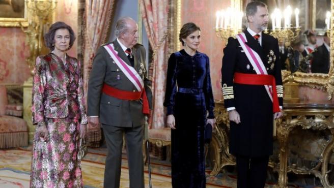 El Rey Felipe VI, junto a la Reina Letizia y los Reyes eméritos, Juan Carlos y Sofía, durante la celebración hoy en el Palacio Real de la Pascua Militar.