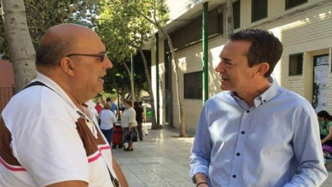 Juan Carlos Pérez Navas (PSOE) conversa con un vecino