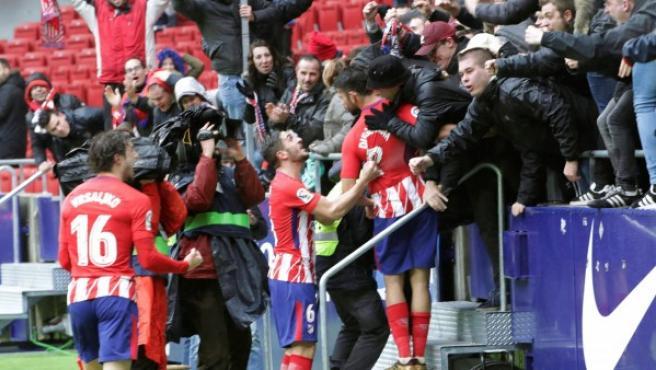 El delantero del Atlético de Madrid, Diego Costa, celebra en la grada junto a sus compañeros el segundo gol conseguido frente al Getafe, motivo de su expulsión.