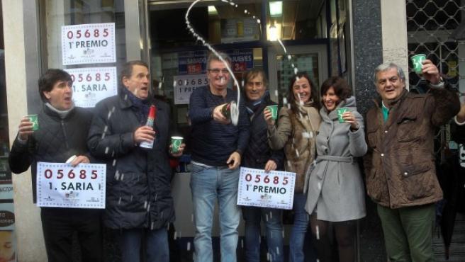Los dueños y trabajadores de la Administración de Lotería de la Avenida Lehendakari Aguirre en Bilbao celebran haber vendido el Gordo del Sorteo del Niño que ha recaído en el número el 05.685.