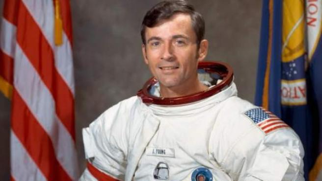 Imagen de archivo del astronauta John Young, el noveno hombre que pisó la Luna.