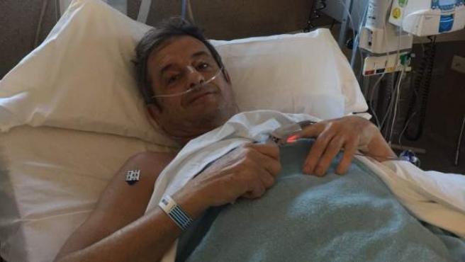 Imagen publicada por Luis Moya en Twitter tras ser intervenido de tres aneurismas cerebrales.