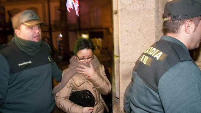 Marta Paz, una de las dos personas detenidas en relación con la supuesta secta de Oia (Pontevedra) y considerada mano derecha del exlíder, Feliciano Miguel Rosendo da Silva, también arrestado, a su llegada esta noche al Juzgado de Instrucción 1 de Tui para prestar declaración.
