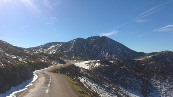 Si vas a circular en carreteras de montaña con nieve, plantéate utilizar neumáticos de invierno en lugar de poner cadenas a tus ruedas. En imagen, una instantánea del Angliru, un puerto de montaña de Asturias.