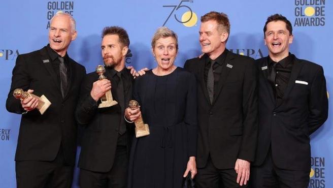 Martin McDonagh, Sam Rockwell, Frances McDormand, Graham Broadbent y Peter Czernin posan con el premio a la mejor película cinematográfica de drama por Tres anuncios en las afueras.