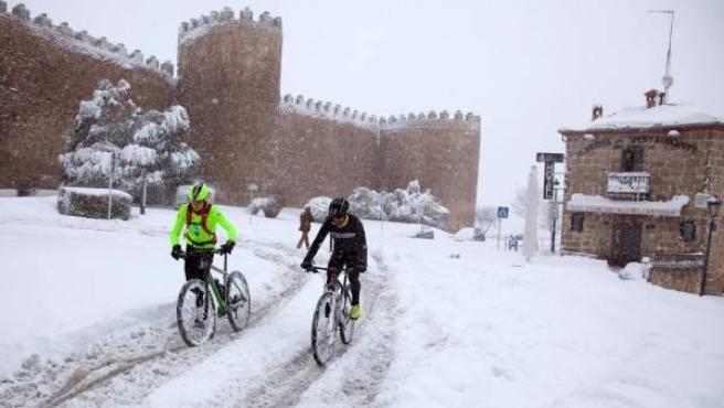 Una capa de nieve de entre 30 y 40 centímetros causa problemas en Ávila.