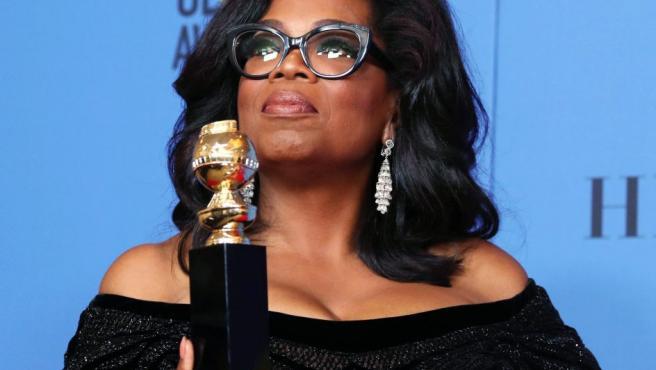 Oprah Winfrey posa con el premio Cecil B. DeMille con el que ha sido galardonada en la 75 edición de los Globos de Oro.
