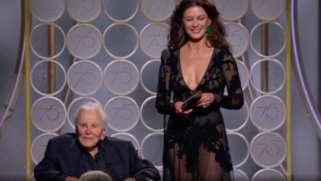 Kirk Douglas junto a su nuera Catherine Zeta-Jones en los Globos de Oro 2018.
