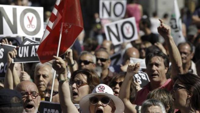 Manifestantes en la concentración de funcionarios en protesta por los recortes del Gobierno.