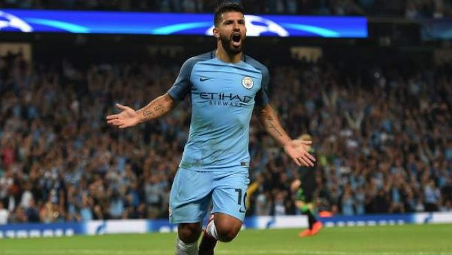 El Kun Agüero celebra un gol con el Manchester City.