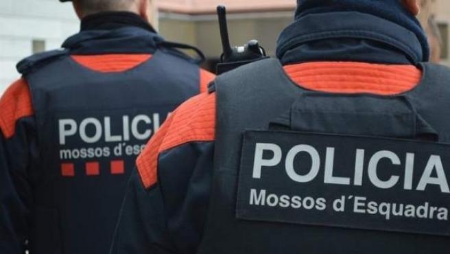 Dos miembros de los Mossos d' Esquadra de espaldas.