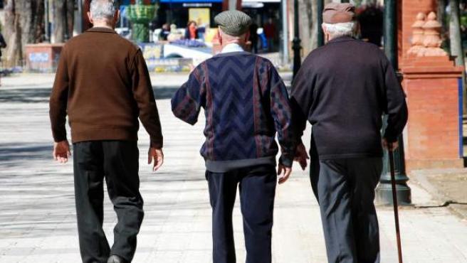 Tres ancianos dan un paseo.