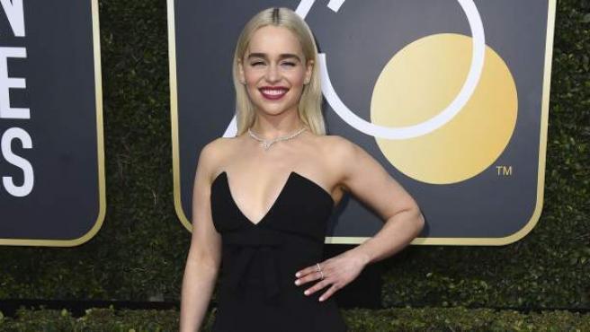 La actriz británica Emilia Clarke, conocida por su papel de Daenerys en la serie Juego de tronos, posa sonriente en la alfombra roja de los Globos de Oro 2018.