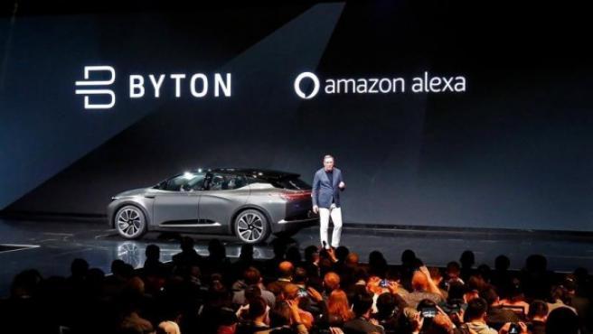 El presidente y cofundador de Future Mobility, Daniel Kirchert, con el coche eléctrico Byton.