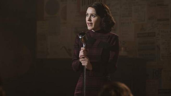Una escena de la serie de Amazon 'The Marvelous Mrs. Maisel', con Rachel Brosnahan.