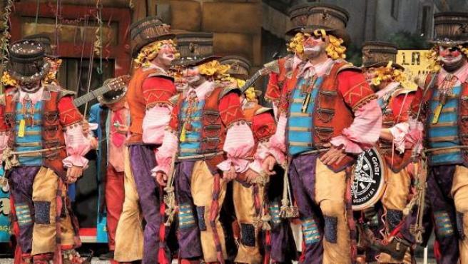 Comparsa del Carnaval de Cádiz en el escenario del Teatro Falla