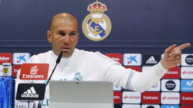 El entrenador del Real Madrid, el francés Zinedine Zidane, durante la rueda de prensa ofrecida al término del entrenamiento en Valdebebas.