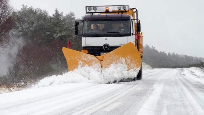 Una máquina quitanieves retira la nieve en el pueblo de O Cebreiro (Lugo).