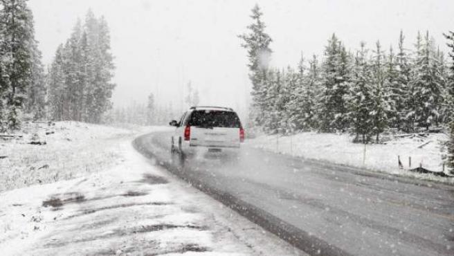Un coche en la nieve.