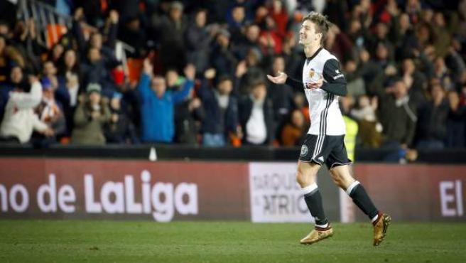 Luciano Vietto celebra uno de sus goles con el Valencia ante Las Palmas.