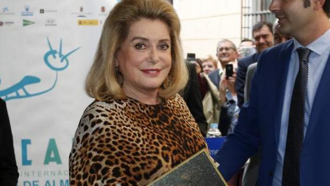 La actriz Catherine Deneuve, sostiene una réplica de su estrella que ha descubierto esta mañana en el Paseo de la Fama junto al alcalde de Almería, Ramón Fernandez-Pacheco (d), en el marco del XV Festival Internacional de Cine de Almería.