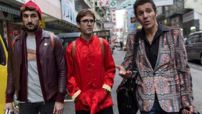 Los actores españoles (de i a d) Miki Esparbe, Julián López y Yuones Bachir actúan durante el rodaje de una de las escenas de la película 'Perdiendo el este' del director Paco Caballero en Hong Kong.