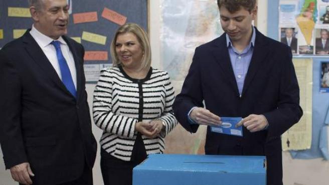 El primer ministro israelí, Benjamin Netanyahu (i), y su mujer Sara observan a su hijo Yair votar en un centro electoral de Jerusalén, Israel, en enero de 2013.