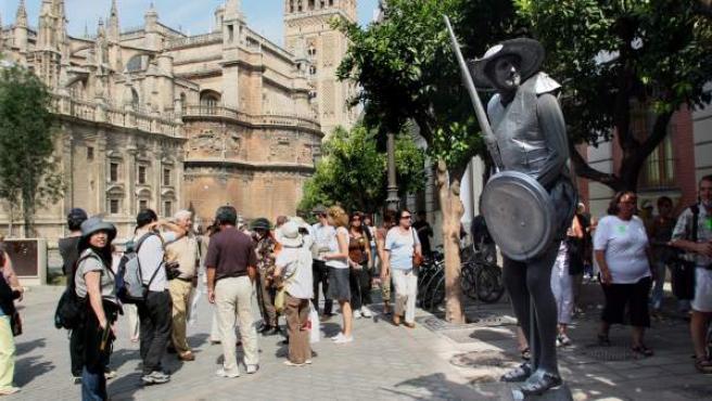 Turistas recorriendo el centro de Sevilla.