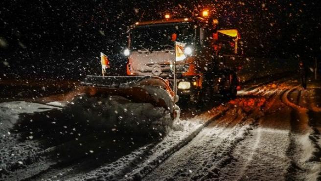La sal es más efectiva antes de que la carretera se llene de nieve, pero las máquinas quitanieves también esparcen salmuera una vez que han retirado la nieve.